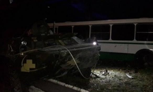 В Донецкой области БТР врезался в автобус с рабочими, есть погибшие (фото)