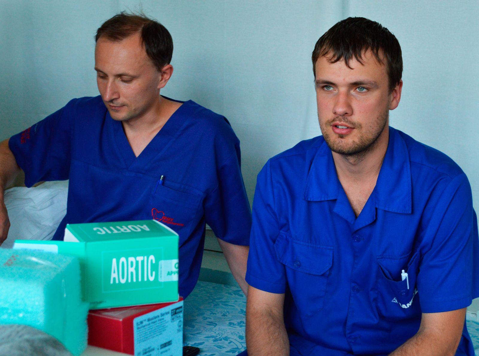 Андрей Ковальчук и Сергей Антонюк входят в бригаду Сергея Эстрина и  работают с приобретенными пороками сердца и ишемической болезнью сердца (это аортокоронарное шунтирование). Это то, что кардиохирурги называют большими операциями. Фото МедиаПорт