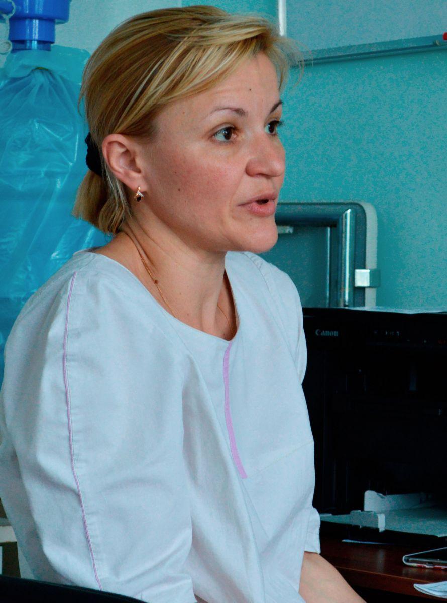 Елена Чижикова – инвазивный кардиолог, который ведет больных до операции, после операции. Тяжелых больных приводит в состояние, чтобы их можно было прооперировать. «А идут сейчас на операцию, как правило, очень тяжелые, потому что денег нет, и на операцию идут, когда уже совсем плохо», – рассказывает Сергей Эстрин. Фото МедиаПорт