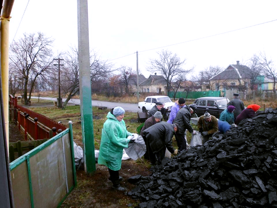 Дрова и уголь - единственная возможность для жителей прифронтовых городов пережить зиму