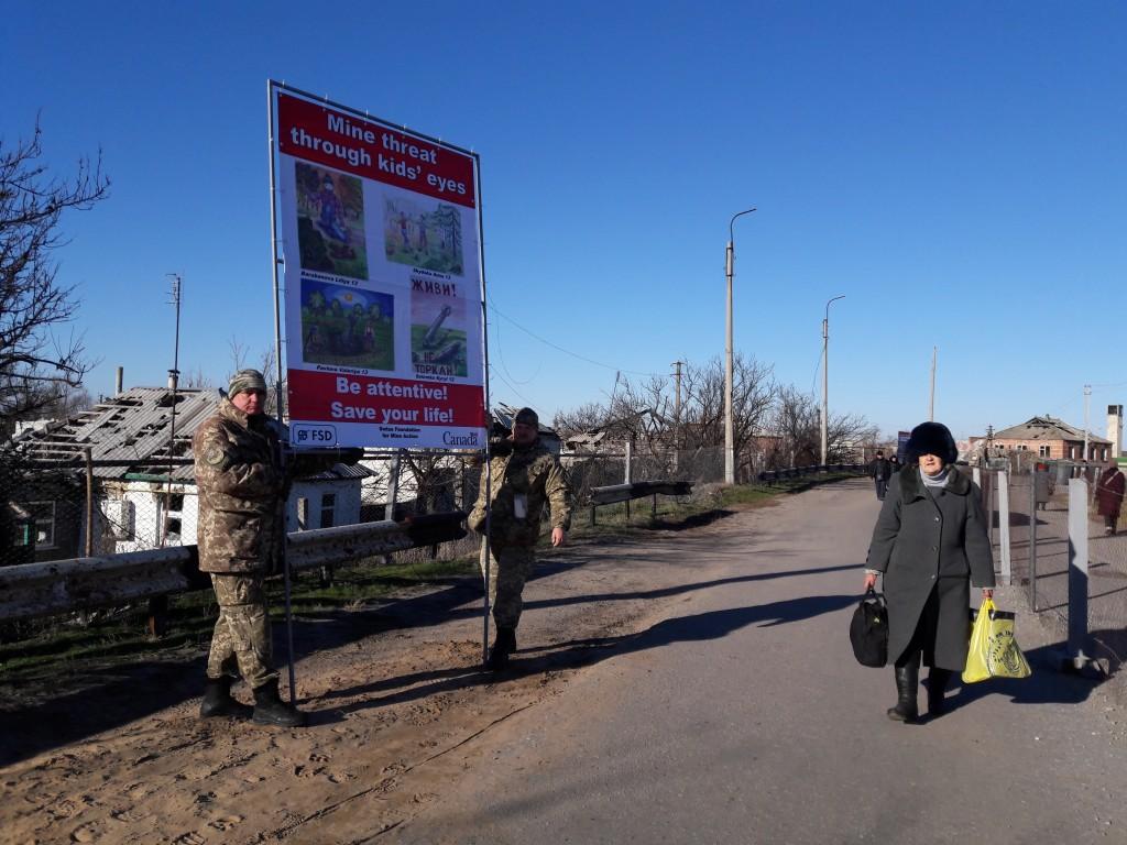 В Станице-Луганской установили информационные баннеры о минной безопасности