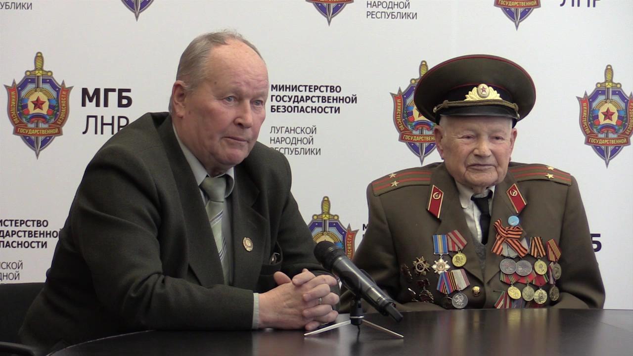 Михаил Гайдуков (слева) давно занимается имитацией «голоса широких масс». Скриншот с видео на сайте «МГБ ЛНР»