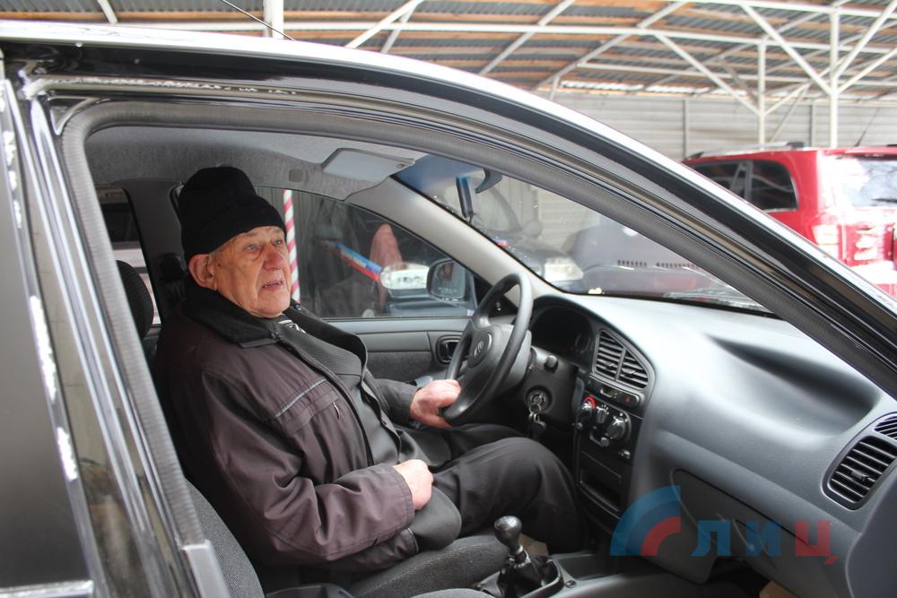 Lanos от «Генпрокуратуры» для борца с бандеровцами. Федор Чернецкий за рулем подаренной ему машины. Фото «ЛуганскИнформЦентр»
