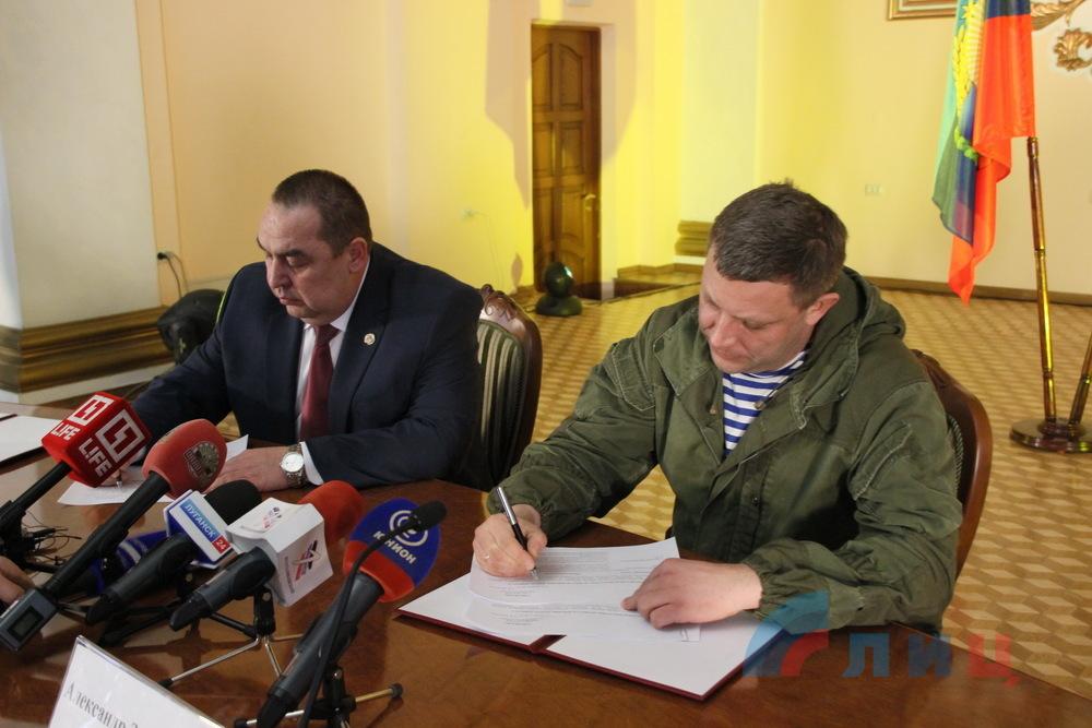 Захарченко и Плотницкий подписали «Программу гуманитарной помощи жителям Украины»