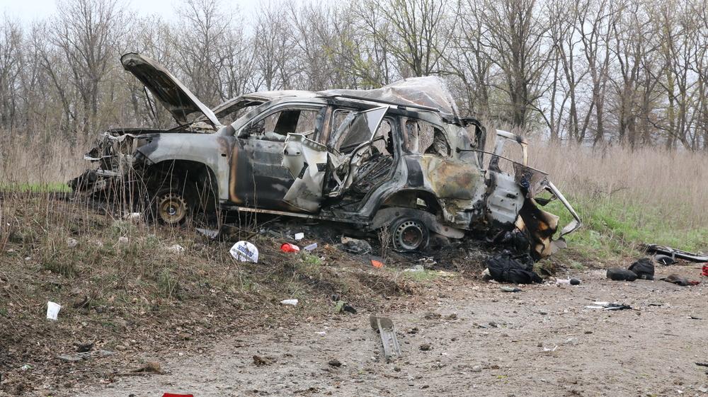 Взрыв был такой силы, что бронированный внедорожник разорвало. Фото с сайта «ЛуганскИнформЦентр»