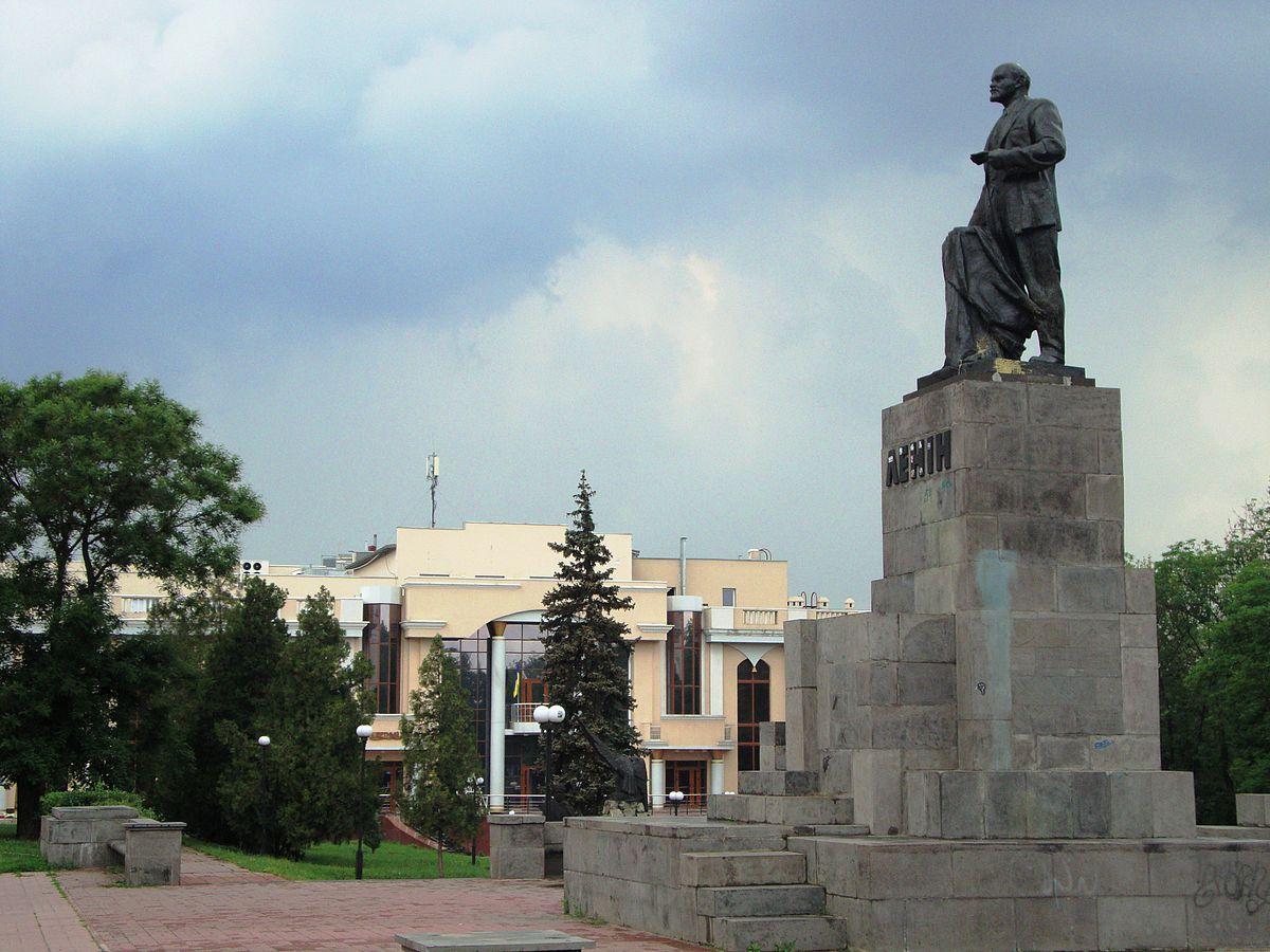 Памятник Ленину на ул. Ленина в Луганске