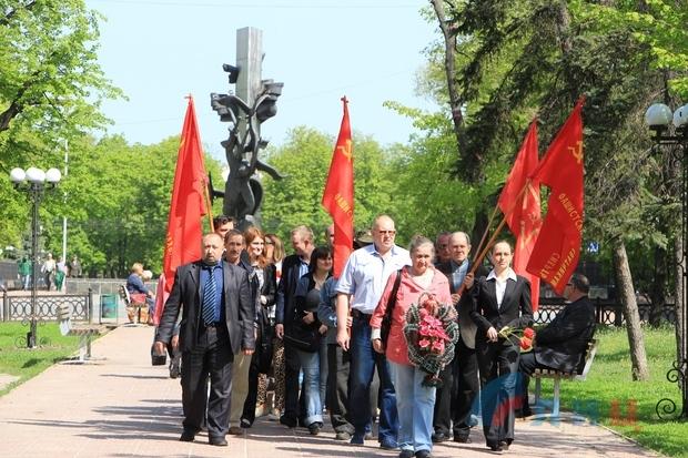 """Траурный митинг 2 мая в Луганске. Фото с сайта  """"Луганского информационного центра"""""""
