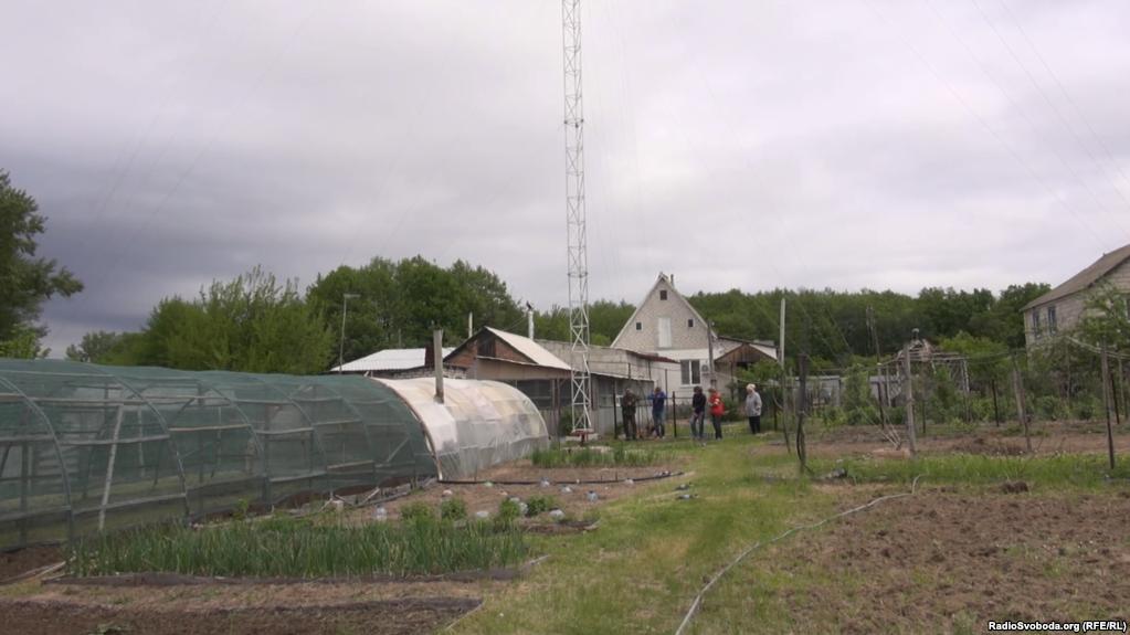 Семья из прифронтового села самостоятельно решила прорвать информационную блокаду и установила в своем огороде тридцатиметровую башню