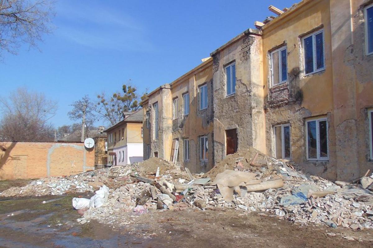 На фото – общежитие в Краматорске, которое  отремонтировали в рамках проекта «Жилье для переселенцев». Проект стартовал почти два года назад, но пока из-за бюрократических нюансов люди еще не заселились в него.