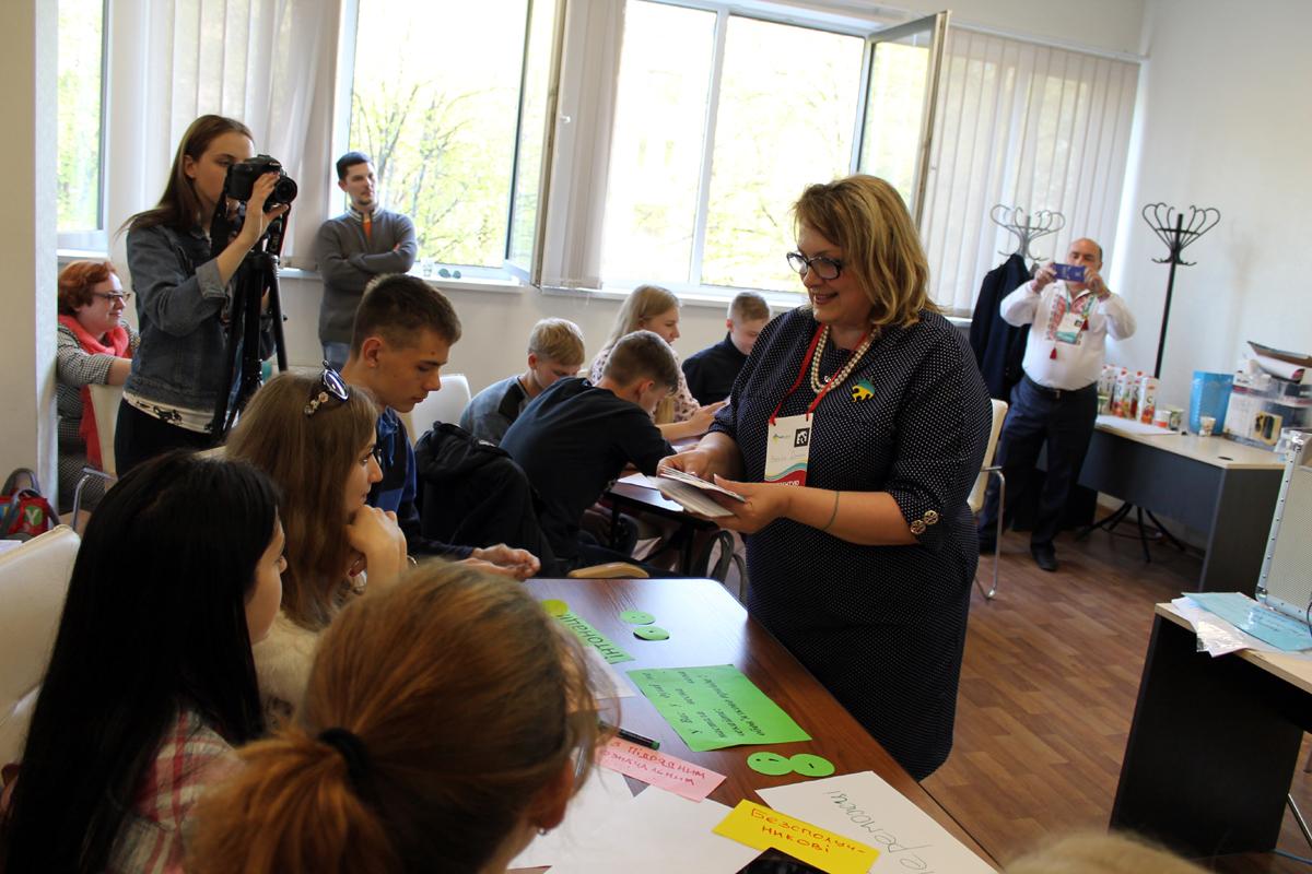 Наталья Драган передала ребятам из прифронтового района письма от их ровесников со Львощины