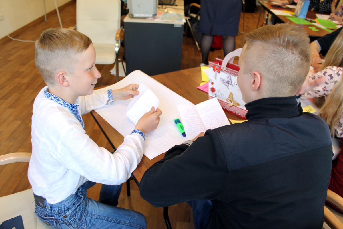 Артем Стахов (слева) не вытерпел до конца урока – письмо распечатал и прочел сразу