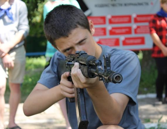 Занятия с оружием в лагере «»Лесные просторы» под руководством «МГБ» группировки «ЛНР». Фото с сайта «МГБ» «ЛНР»