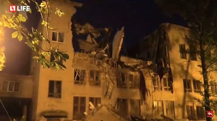 Кадр из трансляции канала Life. На месте обрушения здания идет разбор завалов