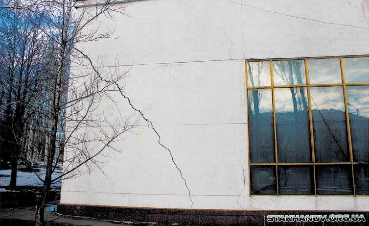 В Кадиевке (бывш. Стаханов) работающих шахт не осталось с начала 2000-х, зато под городом осталась масса выработок. И здания рушатся. Фото с сайта www.ukrrudprom.com
