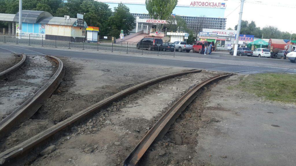 В Луганске разбирают трамвайные рельсы