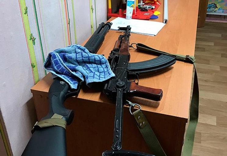 Оружие, изъятое у ветеранов, забаррикадировавшихся в харьковском детском саду. Фото с сайта depo.ua