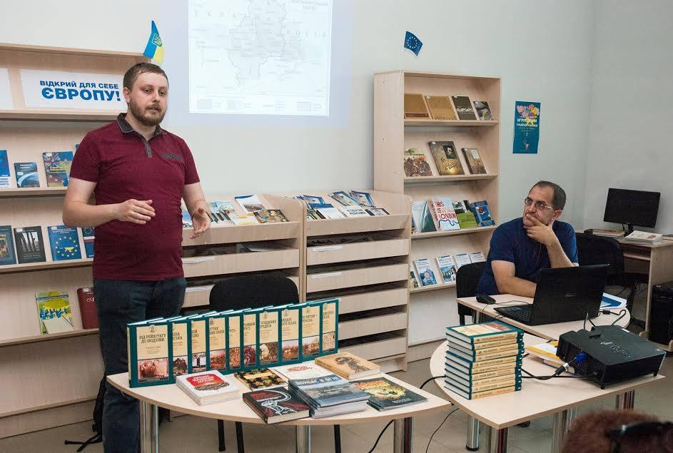 Максим Майоров (слева) и Геннадий Ефименко представили «LikБез. Історичний фронт» в Старобельске