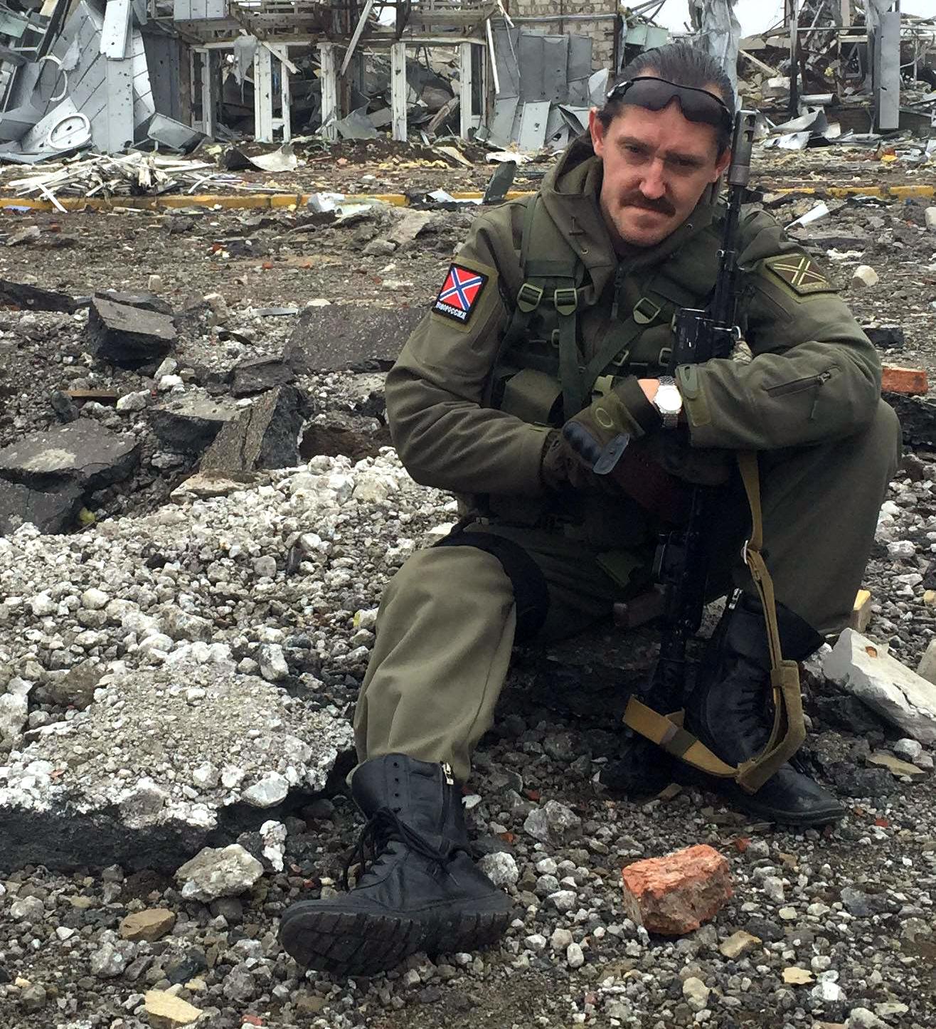 Начальник «Управления гуманитарных операций» Андрей Тихомиров представляется бывшим военным