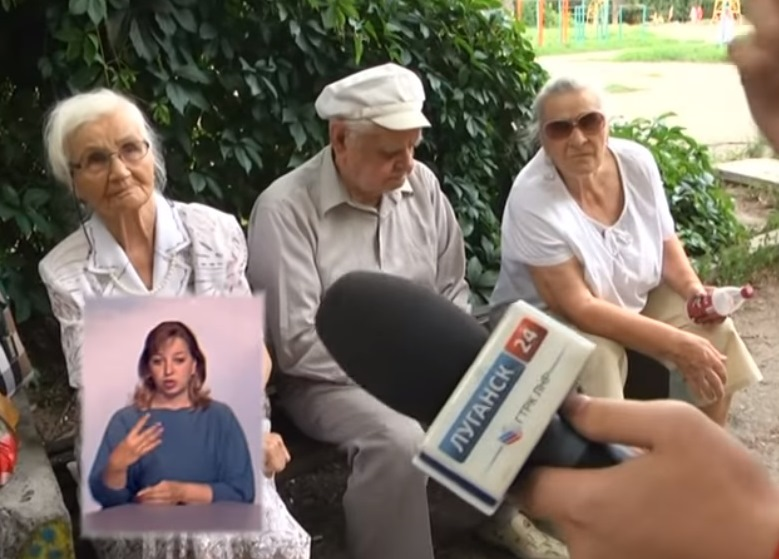 Журналист «ГТРК ЛНР» рассказывает луганским пенсионером, что можно общаться только с сотрудниками их телеканала