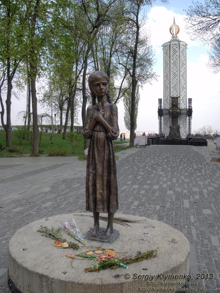 Скорбная фигура девочки у входа на территорию Мемориала жертвам Голодомора в Киеве