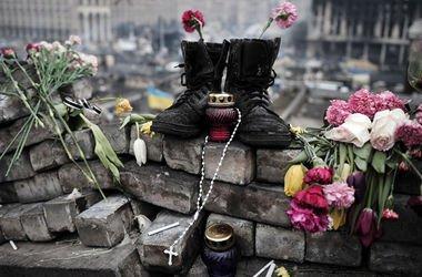 Цветы, свеча и нательный крестик – традиционные скорбные символы в украинской культуре