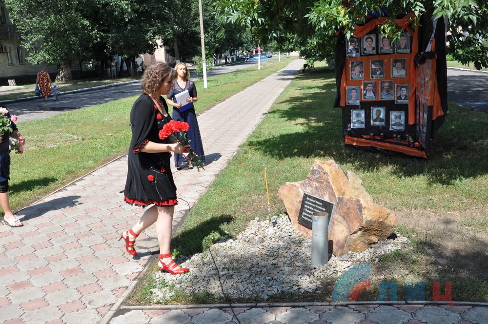 Закладной камень на месте будущего памятника в городе Червонопартизанск Свердловского района (территория, контролируемая группировкой «ЛНР»), фото июль 2015 года