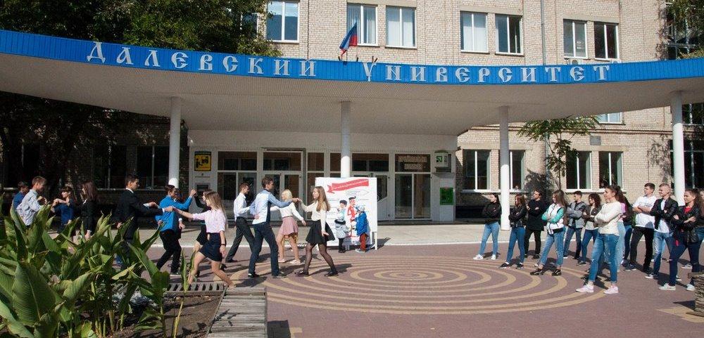 Студенты из «ЛНР» приняли участие во флешмобе и показали, как нужно одеваться