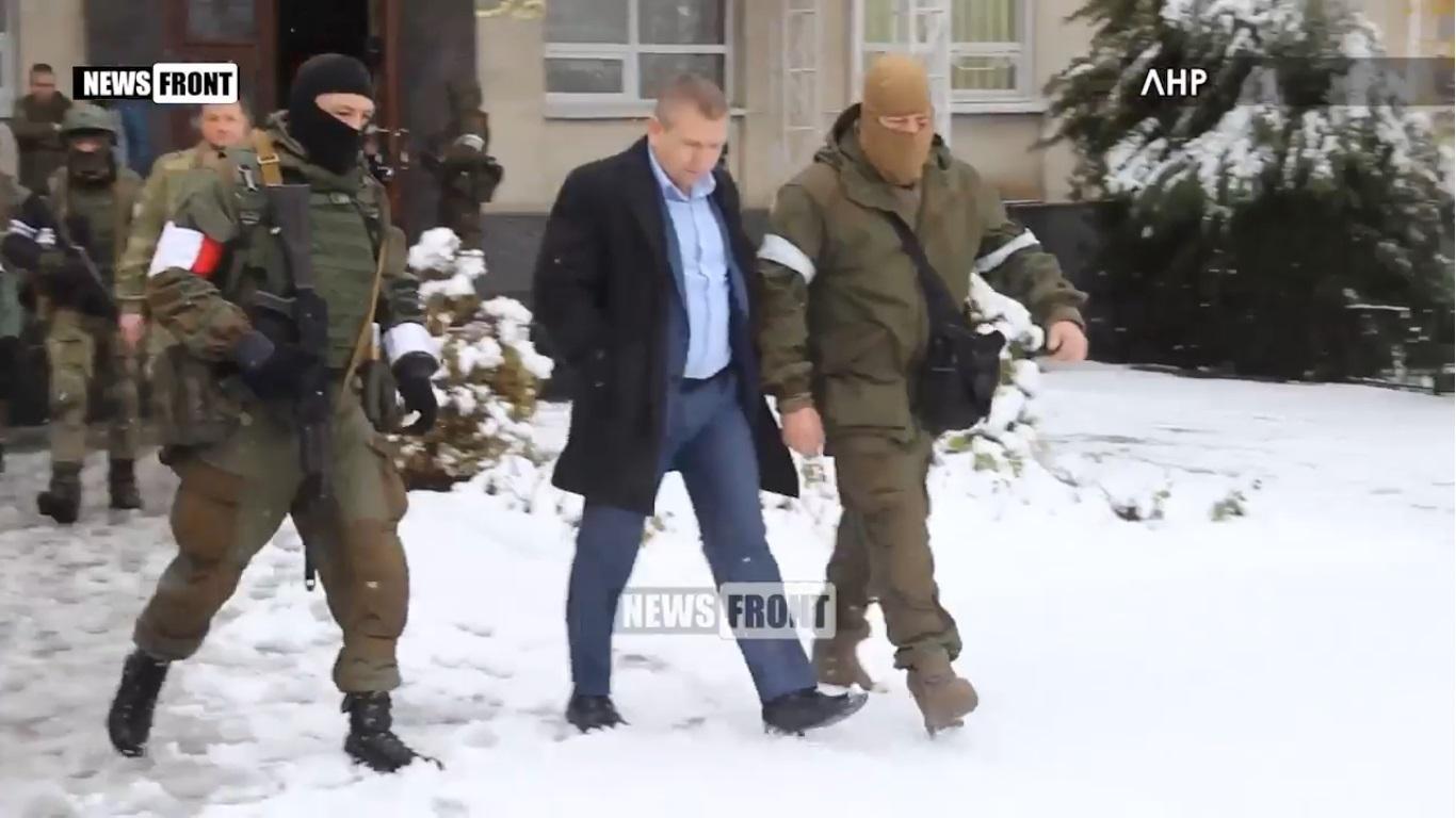 Из здания «генеральной прокуратуры ЛНР» вывели всех работников. Некоторых – под конвоем