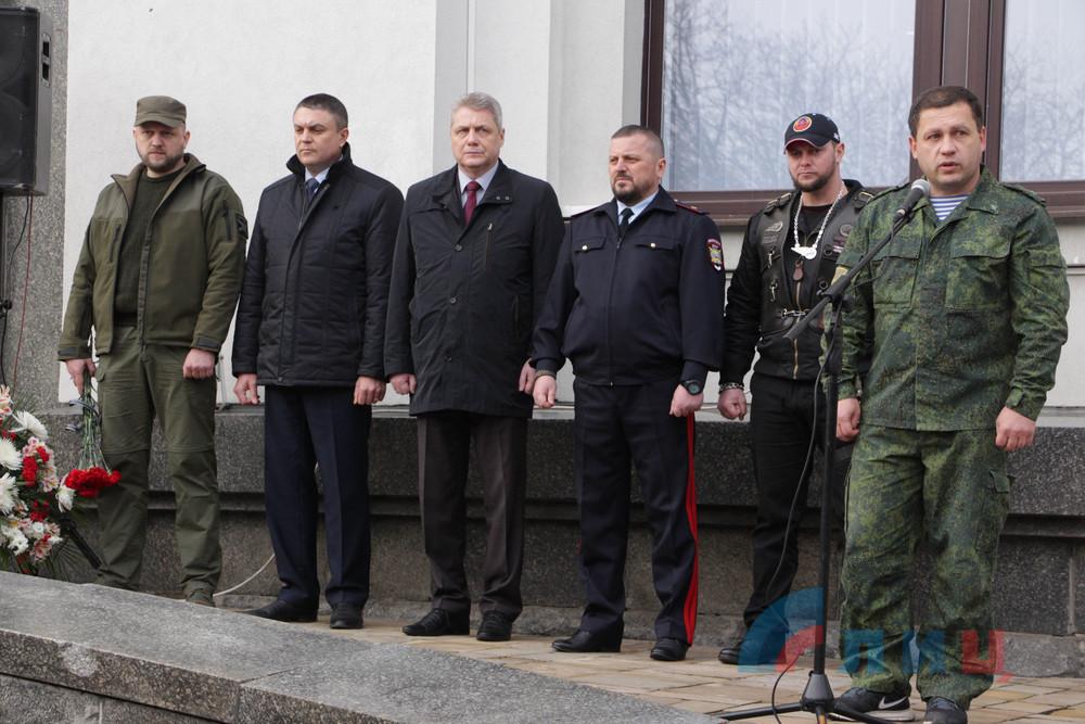 В Луганске открыли мемориальную доску Цыпкалову