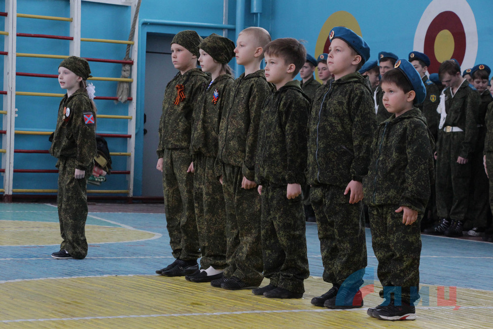 В «ЛНР» школьники ходили строем, пели патриотические песни и учились обращаться с автоматами