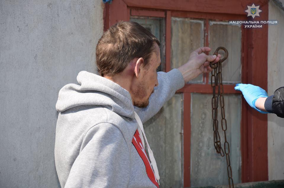 В Луганской области подсобных рабочих держали в ошейнике и на цепи