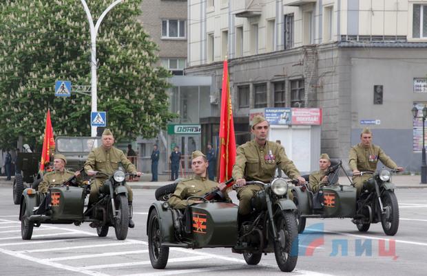 По Луганску ездит военная техника. Репетирует парад