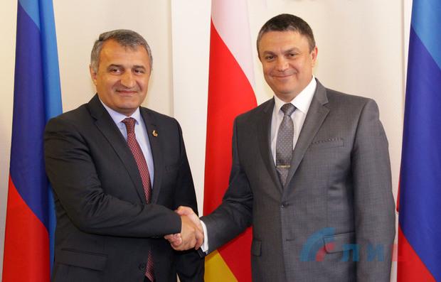 «Вы единственные, кто нас признали», — Пасечник поблагодарил президента Южной Осетии