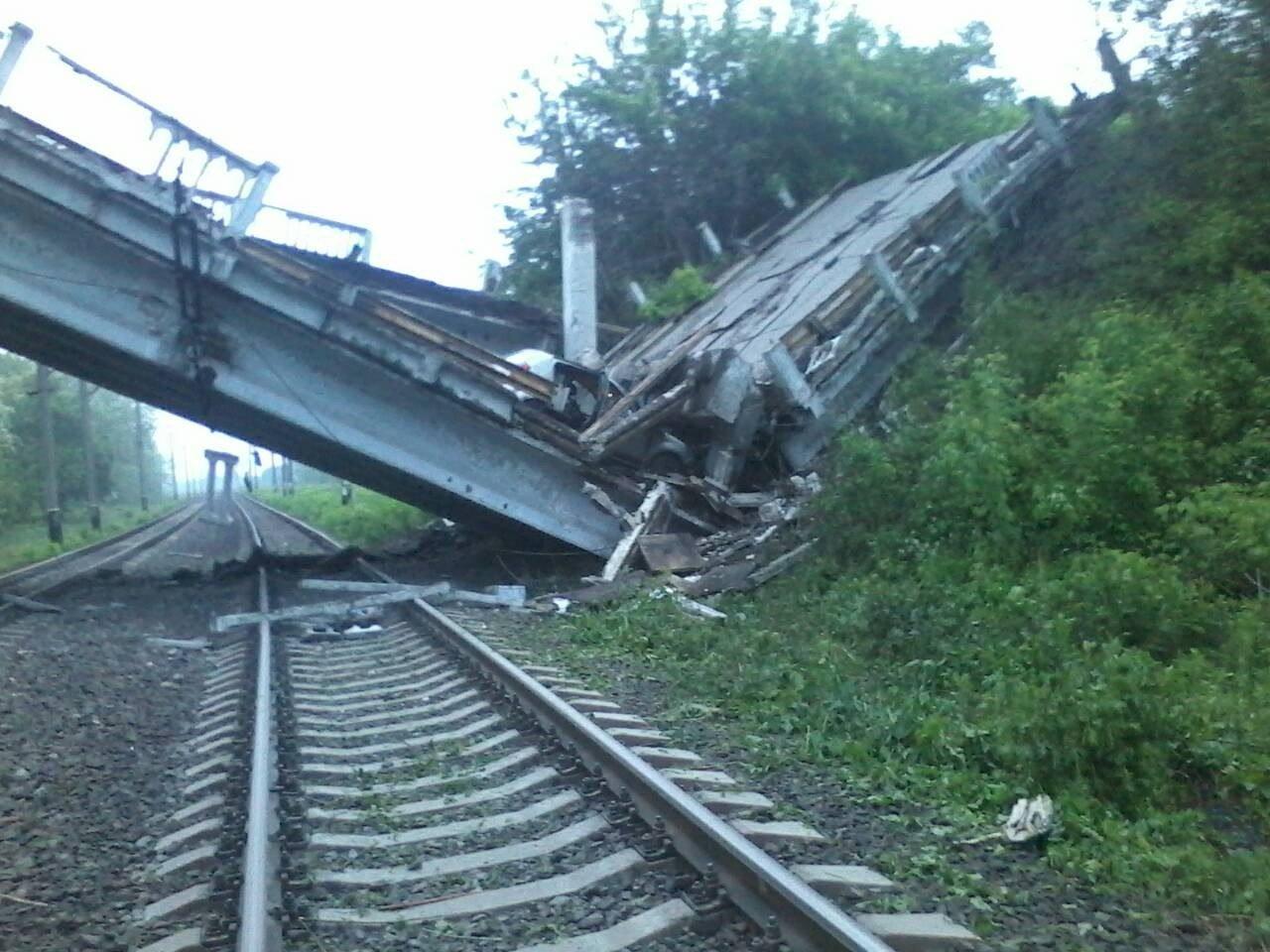Недалеко от оккупированного Хрустального обрушился автомобильный мост, — соцсети