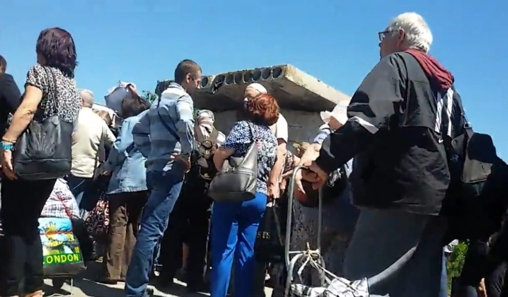 Как выглядит очередь в Станице Луганской (ВИДЕО)