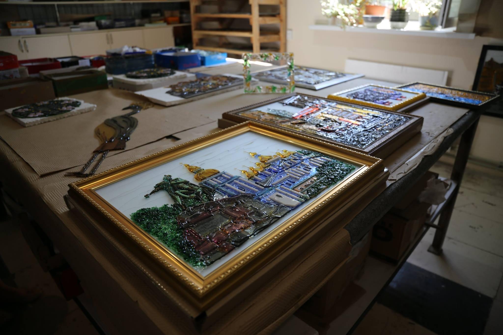 В Лисичанске делают зеркала и картины из стекла