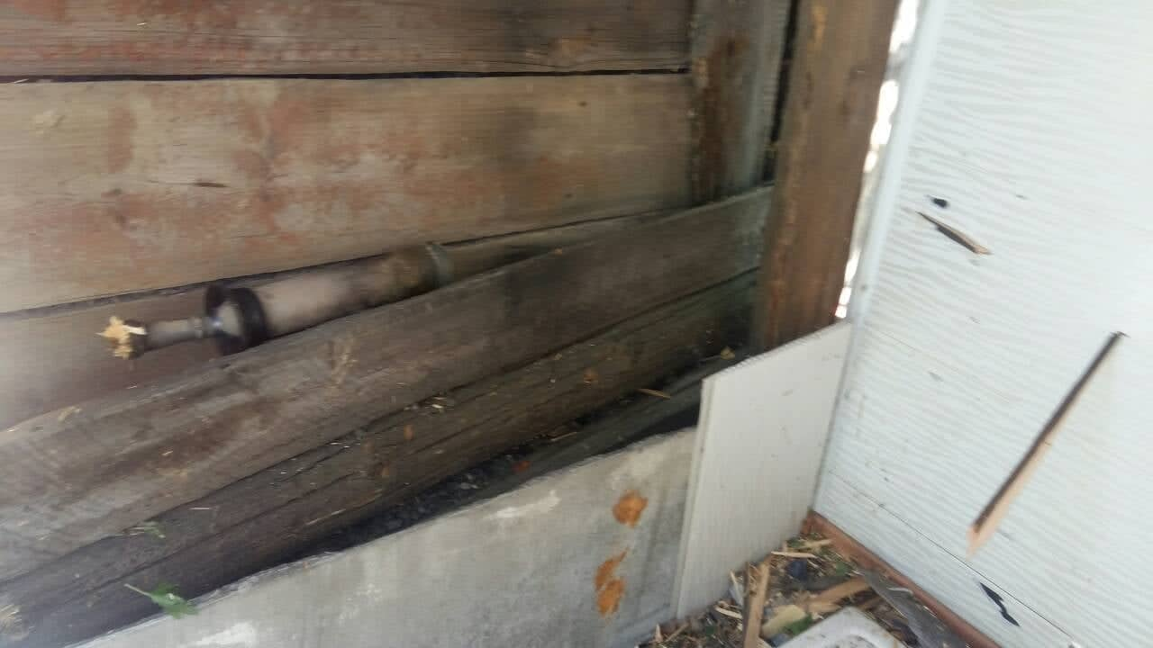 В поселке Золотое-4 снаряд повредил жилой дом