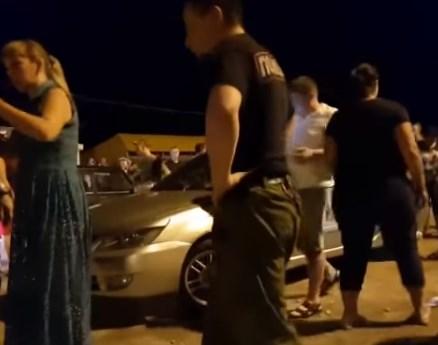 В Седово вооруженные люди разогнали отдыхающих, которые слушали музыку