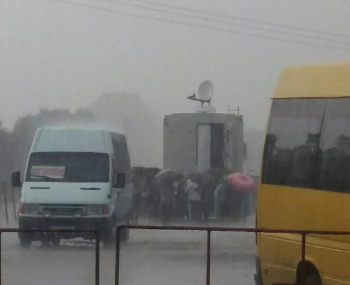 Из-за сильных дождей людям сложнее пересечь КПВВ на Донбассе