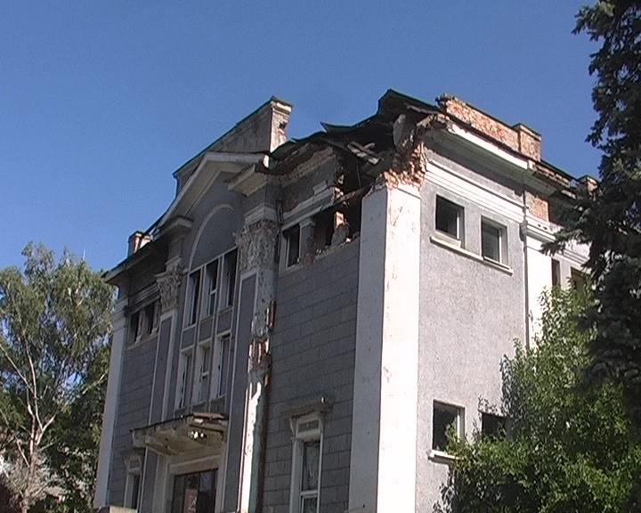 В Луганске горело здание бывшего хлебокомбината