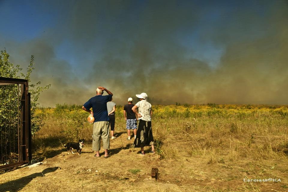 На окраине оккупированного Донецка горят поля