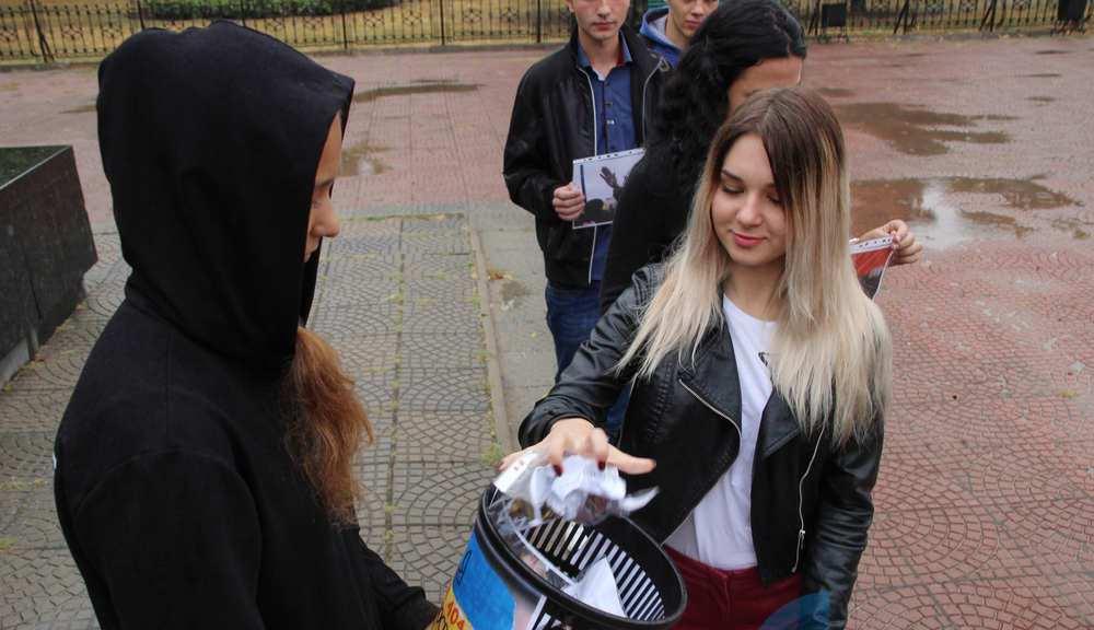 В оккупированном Луганске в урну выбрасывали фотографии политиков