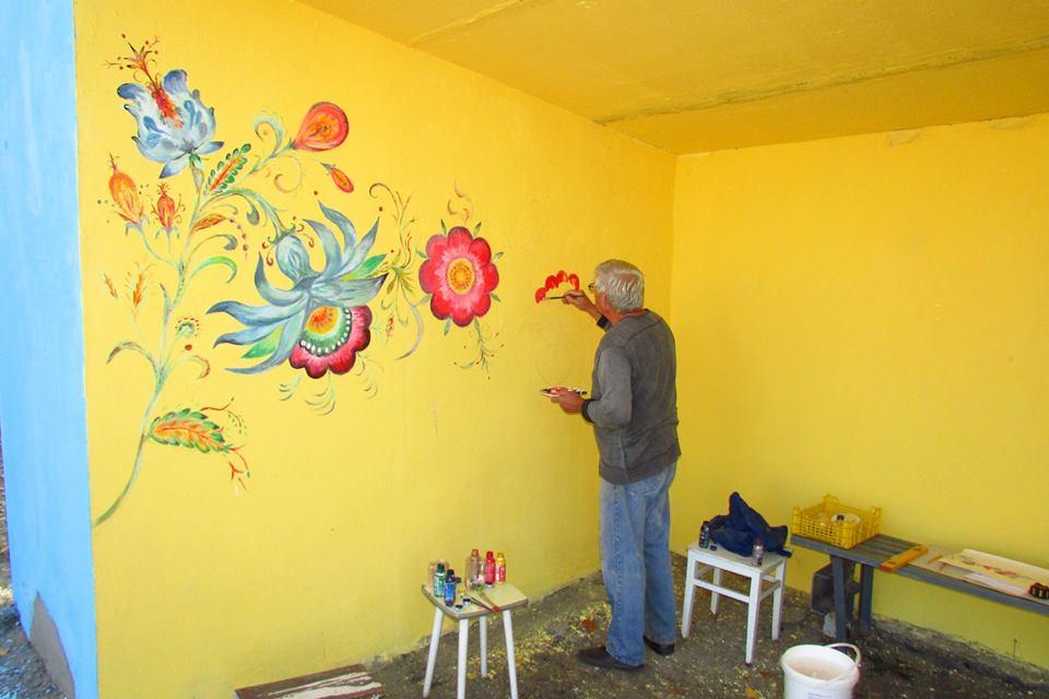 В Станице Луганской переселенец расписывает остановку цветами
