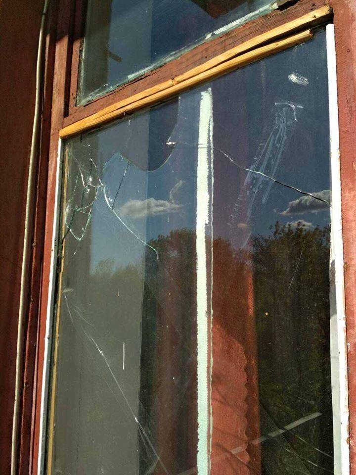 В Золотом-4 обстрел повредил окна в 14 квартирах