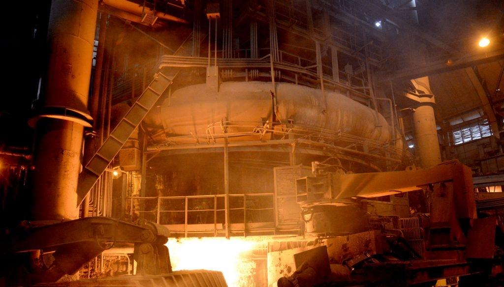 В Енакиево на заводе двое рабочих отравились газом. Их отвезли в больницу