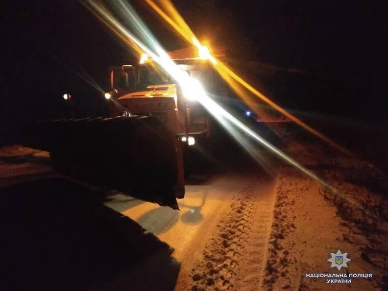На Луганщине водителей вытаскивали из снега с помощью спецтехники