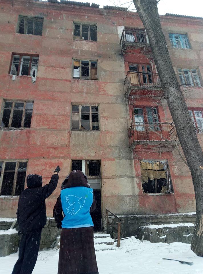 В Золотом-4 во время обстрела пострадали жилые квартиры, — волонтер