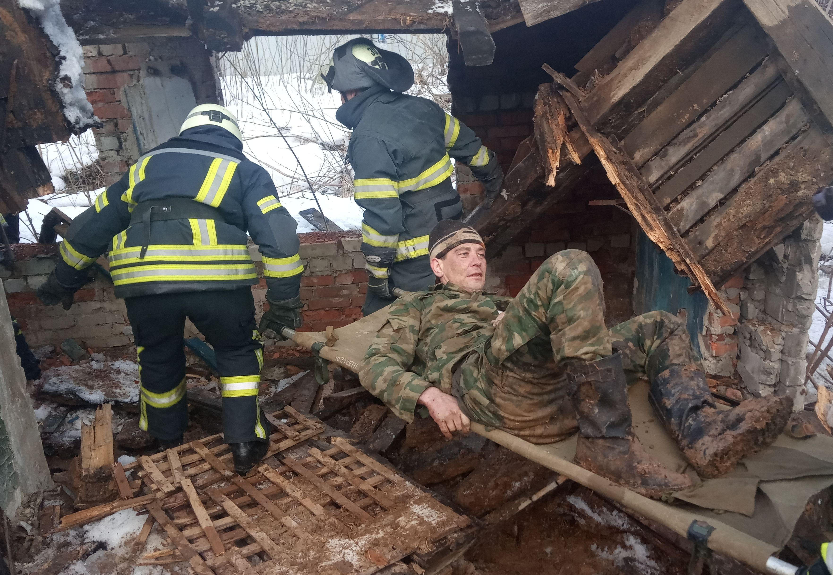В Попасной на мужчину обрушилась крыша пристройки