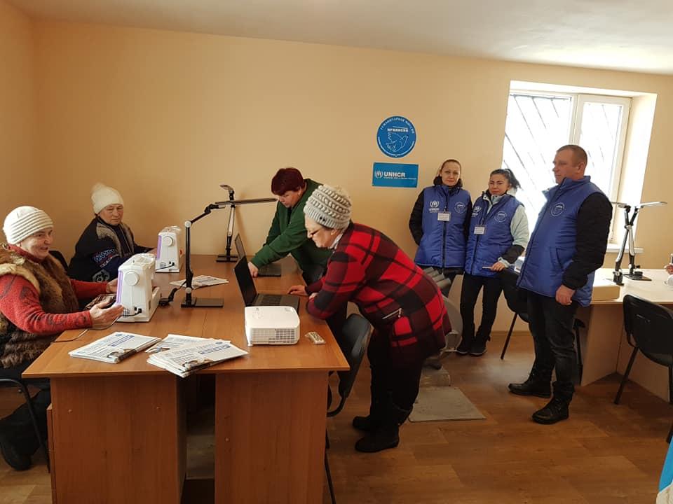 Недалеко от Станицы Луганской открыли центр досуга для переселенцев, которые пятый год живут в дачных домиках