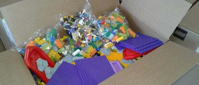 Первоклассникам Луганщины передали игровые наборы Lego